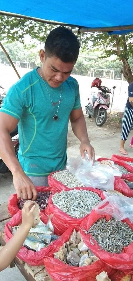 jualan ikan asin juga Pake kalung MCI